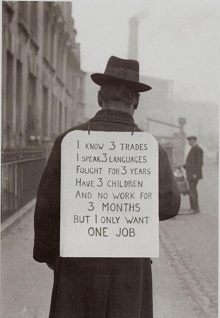Hombre buscando empleo en la década de los 30, siglo pasado. Fuente: @HistoricalPics.