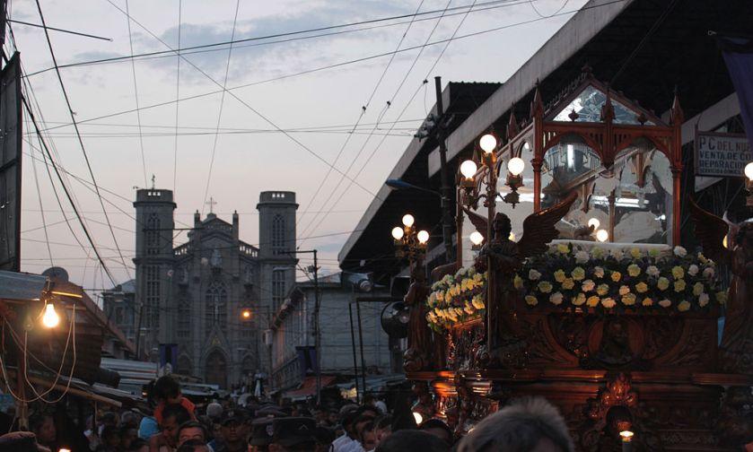 Procesión del Santo Entierro en la Calle de la Amargura, con la Iglesia de El Calvario en el fondo, San Salvador. (Foto de Patricia TT, licencia Creative Commons CC BY SA 3.0, tomada de Wikimedia Commons).
