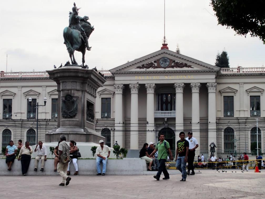 Palacio Nacional y estatua ecuestre del Gral. Gerardo Barrios, San Salvador. Foto de David Stanley (licencia Creative Commons CC BY 2.0)