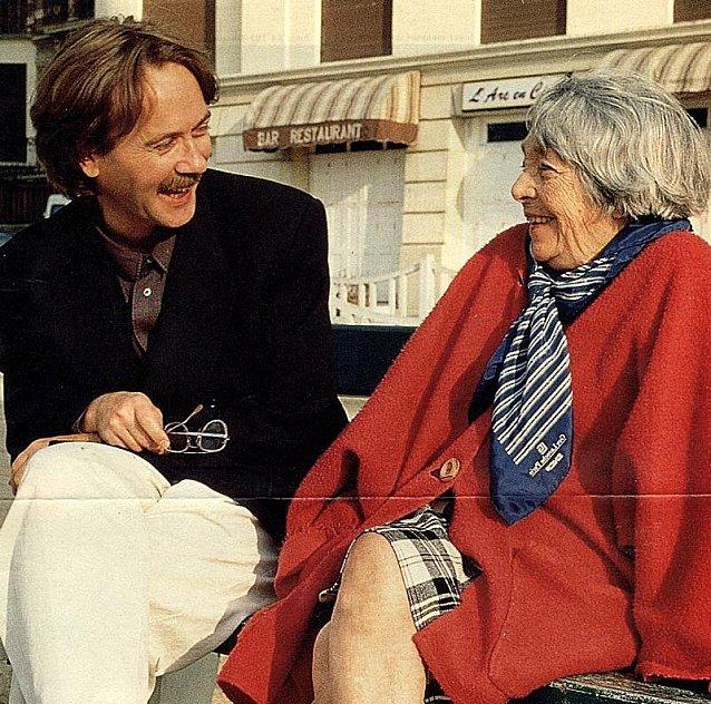 Yann Ándrea y Marguerite Duras, en Trouville, 1991. (Autor de foto no encontrado).