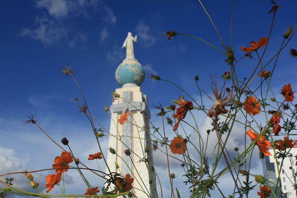 Vista al monumento del Divino Salvador del Mundo. Foto de Francisco Paredes, licencia Creative Commons 3.0, tomada de Wikimedia Commons. (http://commons.wikimedia.org/wiki/File:El_Salvador_del_Mundo_03.JPG)