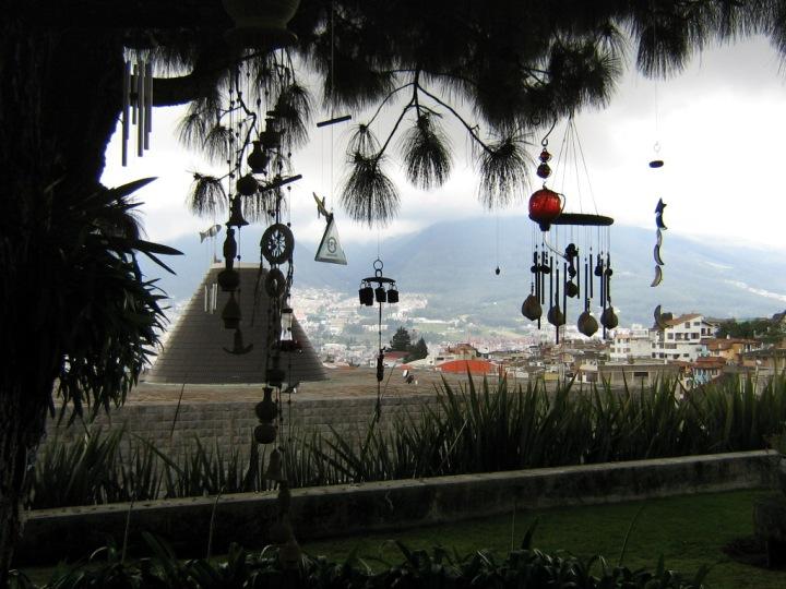 Vista de Quito desde El Árbol de la Vida, debajo del cual están enterrados Oswaldo Guayasamín y su amigo escritor Jorque Enrique Adoum.