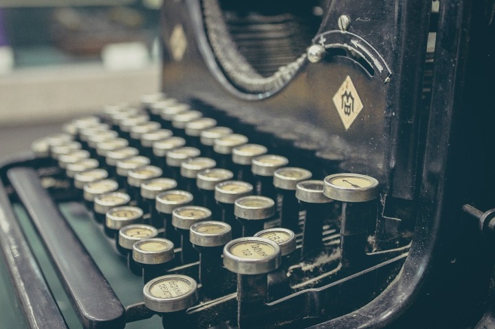 Mechanical typewriter. Original link in Pixabay. License CC0 Public Domain.  (https://pixabay.com/en/typewriter-author-mechanical-retro-407695/)