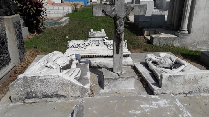 Lápida en el Cementerio de Los Ilustres, San Salvador. Tomada por Jacinta Escudos.